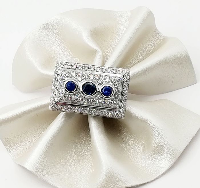 18 kt white gold ring with 0.18 ct sapphires and 1.34 ct brilliant cut diamonds - Weight 19.74 g - Size 19