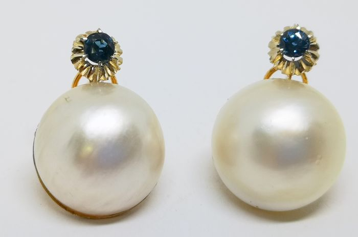 Earrings in yellow gold of 18 kt with Japanese pearls metric of 18 mm and blue sapphires of 0.70 ct in total