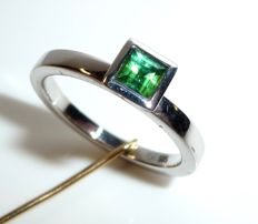 Ring in 14 kt / 585 white gold with 0.75 ct tourmaline in finest green - ring size 55 - adjustable; no reserve