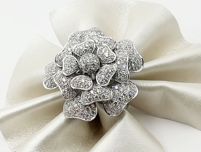 Flower ring in 18 kt white gold with 3 ct brilliant cut diamonds, colour E-F/VVS - Weight 30.16 g - Size 18