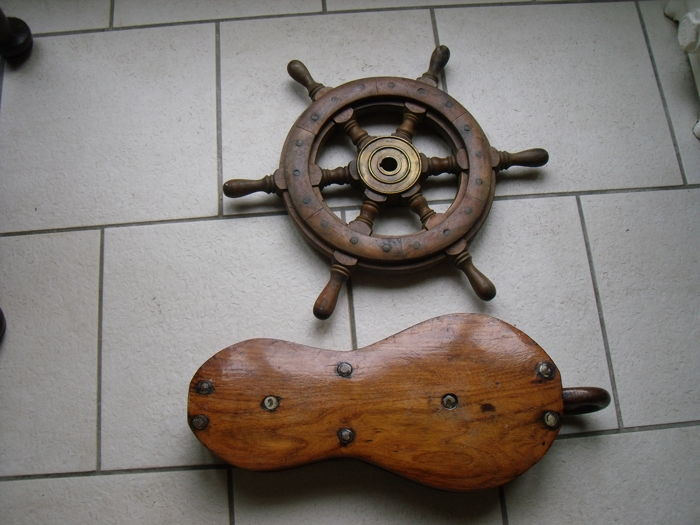Ship's steering wheel and double pulley, violin block - 2 - wood and iron - First half 20th century