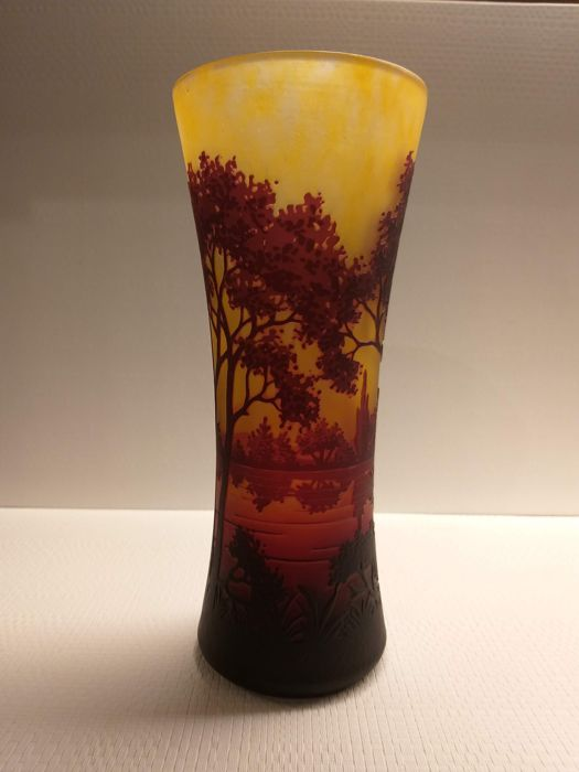 Daum Frères, Nancy - Cameo glass vase with etched decor (1)