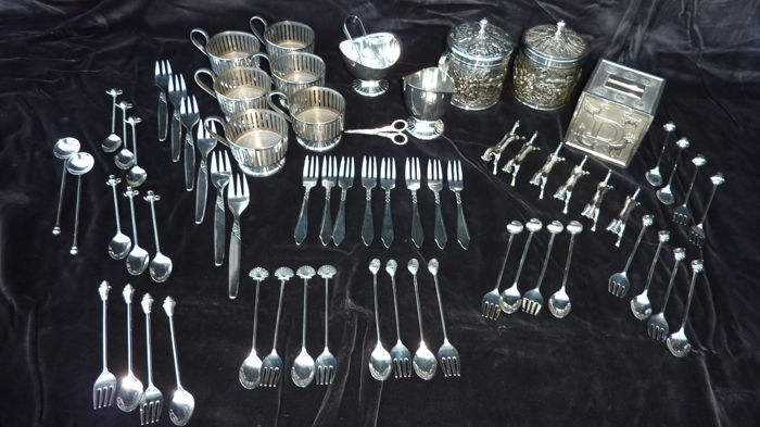 Cutlery set, Spoon, Tea caddy, tea glasses, brooch, cutlery carriers (65) - Silverplate - Netherlands - 1950-1999