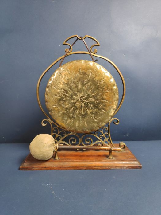 Great Gong-Lunch Served - Bronze, Wood