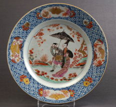 Plate with a depiction of a parasol carrier - China - around 1735, Yongzheng period (1722–1735)/ Qianlong period (1735–1796)