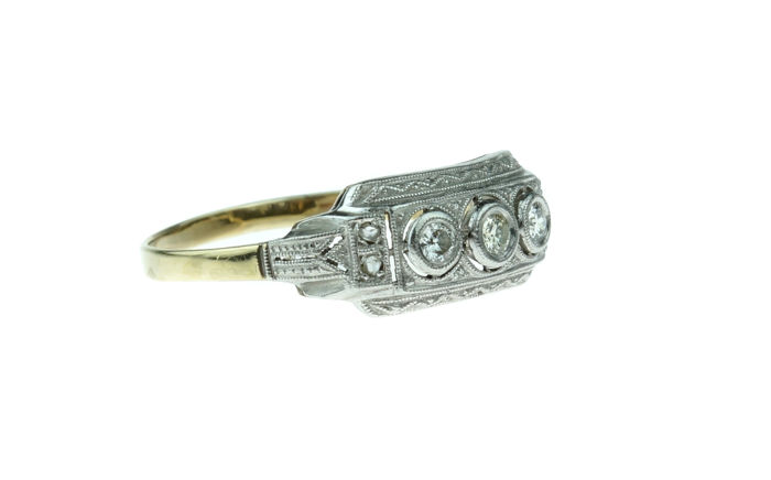 14 karat yellow gold Art Deco ring set with diamonds, around 1920.