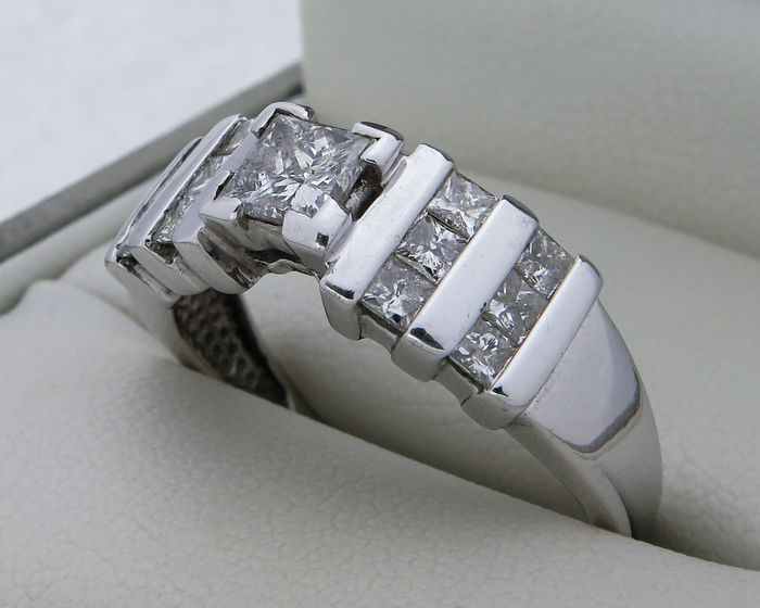 Ring in gold set with 13 princess-cut diamonds of 1.21 ct in total