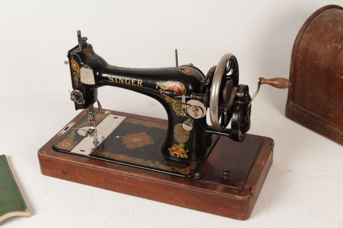 Beautiful Singer sewing machine 128k with wooden chest, 1920