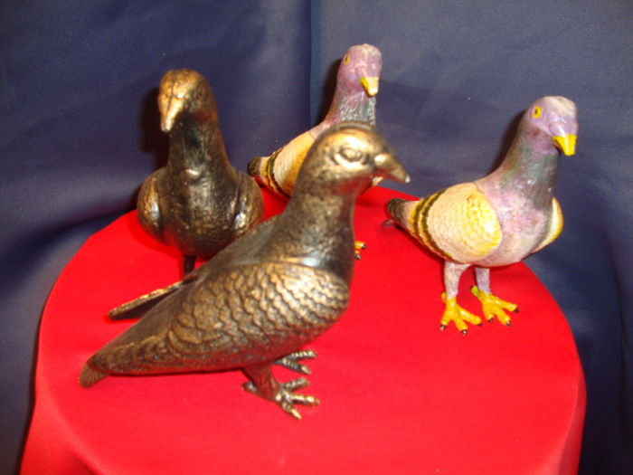 Two couples of cast iron pigeons - 2 pieces Multi Colour + 2 Bronze patinated in mint condition