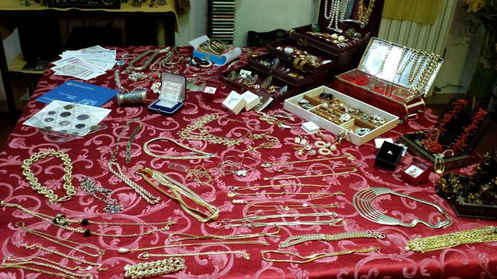 Large collection of approx. 300 vintage and contemporary jewellery items, for an overall weight of approx. 6.5 kg. Hallmarked gold (375, 750) and silver, amber, coral, different gems, stones...