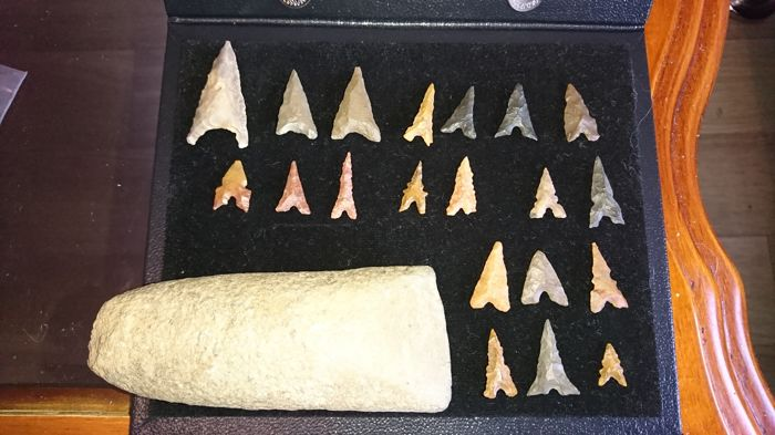 Polished axe and Neolithic arrowheads (20 pieces) L: 1 to 3 cm