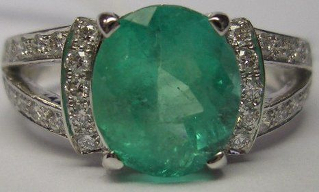 White gold ring decorated with an Emerald of 2.60 ct