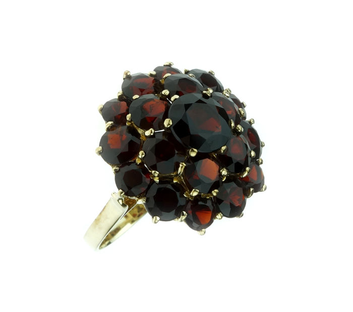 Firm 14 kt gold entourage ring, set with 19 garnets - ring size: 18.25