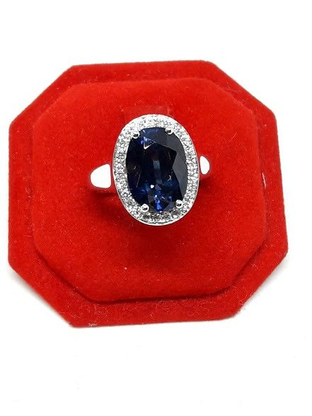 Gold ring with 6 ct sapphire and diamonds, 0.22 ct