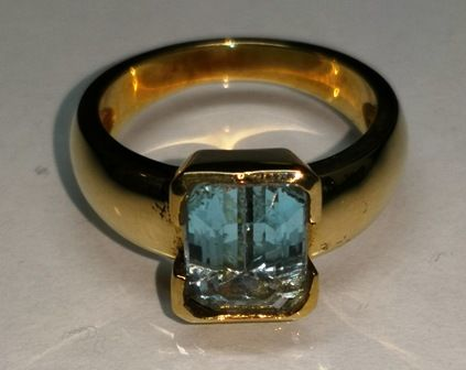 Ring of 18 kt (750) Gold with pure blue topaz without inclusions size 10x7 mm octagonal emerald cut
