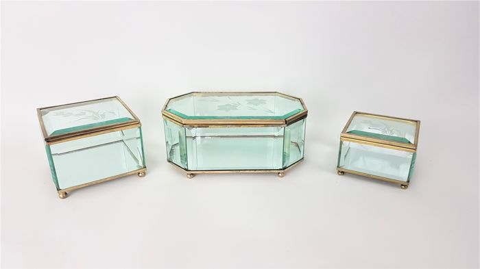 Cut glass-three glass jewellery boxes with brass frame - Catawiki