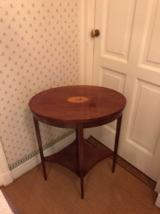 Mahogany coffee table with oval tabletop, inlaid with a rosette - Edwardian -  England - Ca. 1910