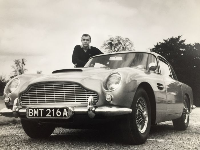 James Bond 007: Goldfinger - Sean Connery with the Aston Martin DB5 - Foto, Poster, Large - 50x51cm