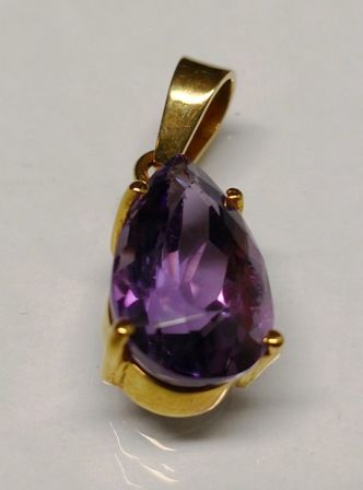 Pendant of 18 kt (750) solid gold with natural amethyst in tear drop shape faceted and clean without inclusions mounted in 4 prongs