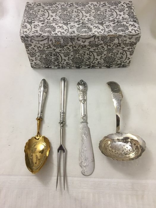 4 Pieces antique cutlery, approx. 150 grams of silver, beautifully decorated, in a box - Holland - 19th century, including beautiful Wilkens silver, dated 9 June 1899 and with monogram L.S.