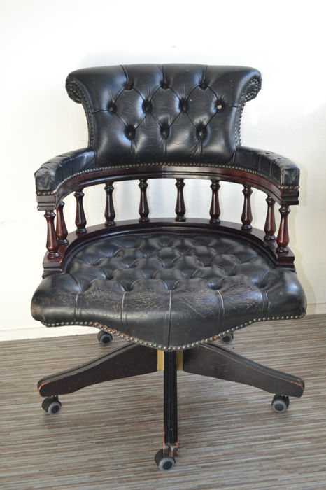 Zwarte leren chesterfield Captain Swivel office chair