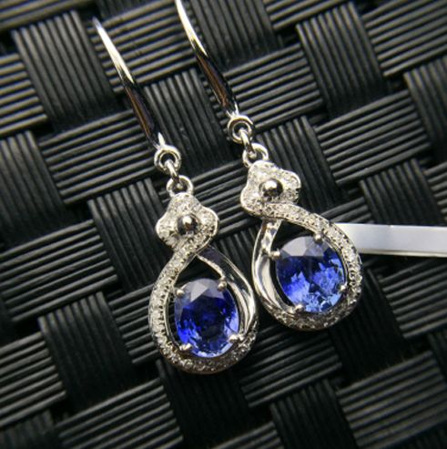 18K white gold earring, with sapphire and 035ct diamonds earrings