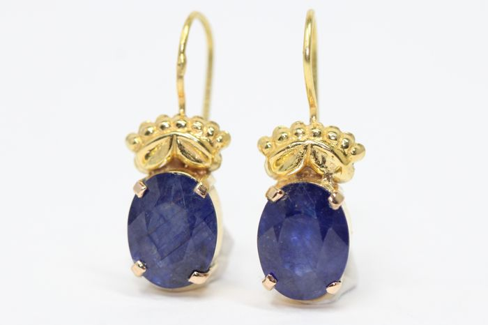 18 kt gold earrings set with blue sapphires 3 ct.