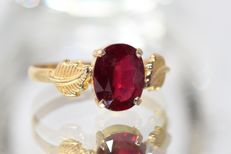 18 kt gold ring set with natural ruby, 2 ct, size 59