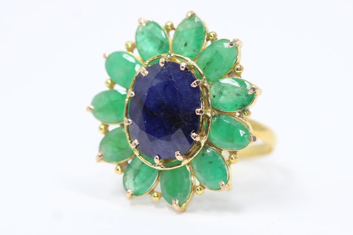 18k gold entourage ring set with natural sapphire and emeralds size 54.