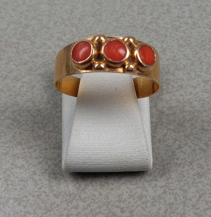 14 kt gold ring with precious coral.