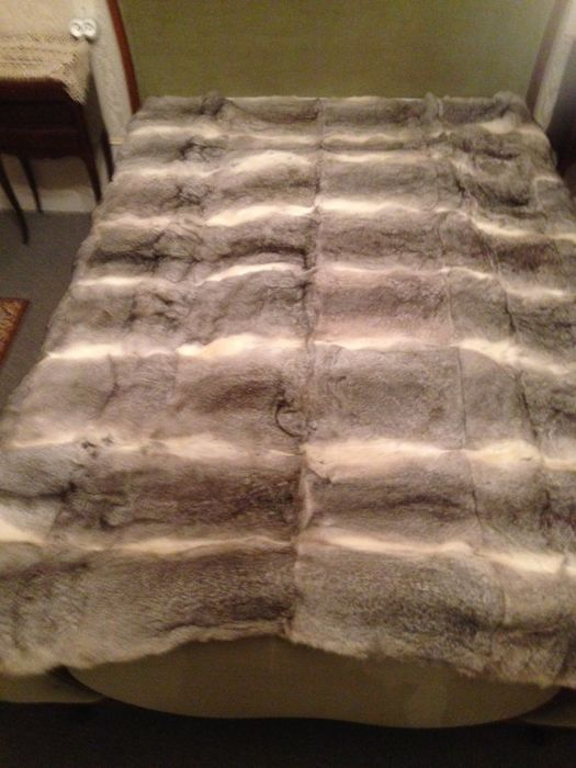 Bed cover in grey rabbit, very nice, new condition, size: 3.25 m x 1.95 m