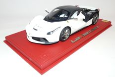 BBR - Scale 1/18 - Ferrari LaFerrari OPEN version with Red Foot including Display Case - White