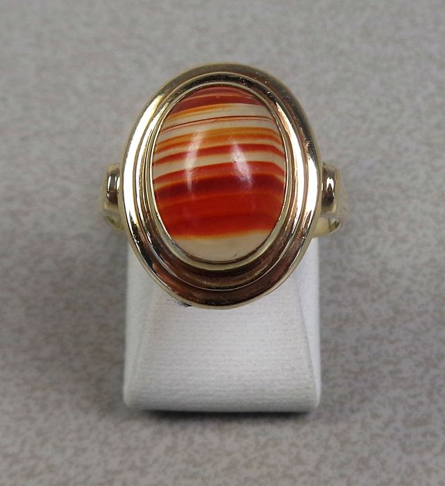 14 kt gold ring with banded agate.