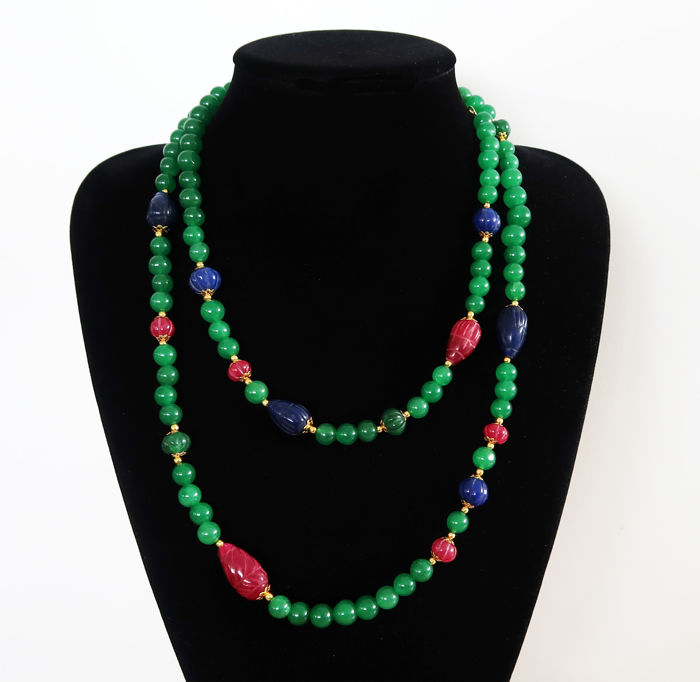 Long necklace of round rubies decorated with sapphires, emeralds and faceted rubies – 690 ct – Total length: 119.5 cm