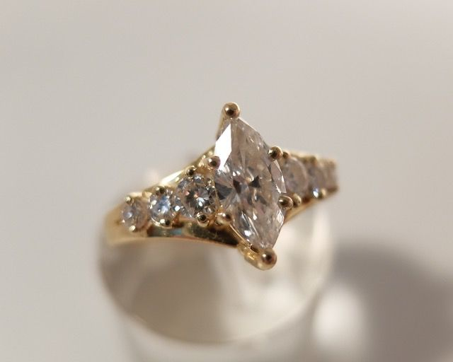 Ring, 1 marquise-cut diamond, 1 ct, 6 brilliant-cut diamonds, 0.50 ct, 18 kt yellow gold, approx. 1.50 ct in total, size: 55.5-56, with HRD certificate