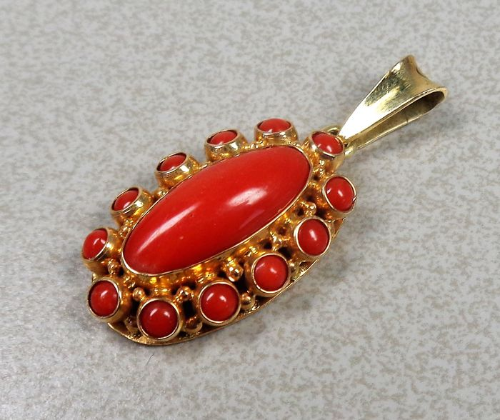 14 kt gold pendant with precious coral. Mint condition.