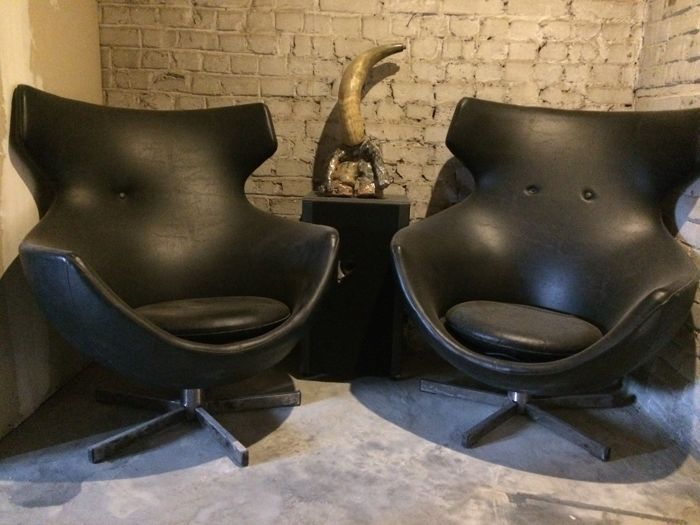 Unknown designer - Pair of black leather designer club chairs