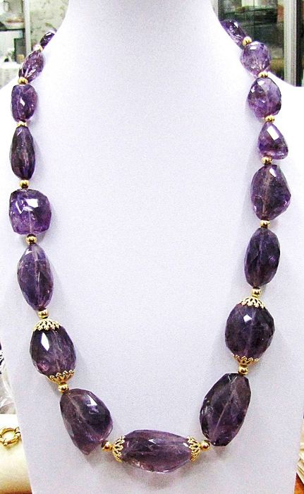 Necklace with natural amethyst stones - 18 kt gold accents - gold weight: 10.9 g