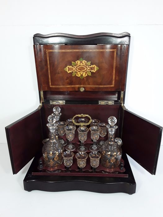 Charmant Large Luxury Carved Liquor Cabinet, Approx. 20th Century