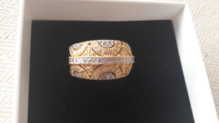 Ring of 18 kt gold with openwork design and zirconias Size 19 / diameter 2 cm