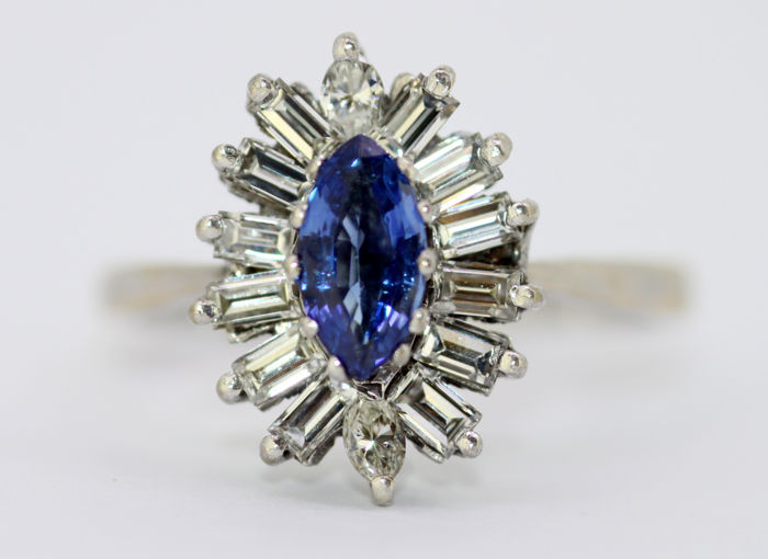 18K White gold ladies cluster ring with blue sapphire and diamonds, Sheffield 1996