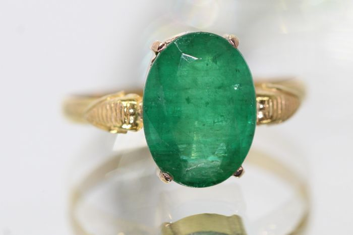 18 kt gold ring set with natural emerald 2.20 ct size 59.