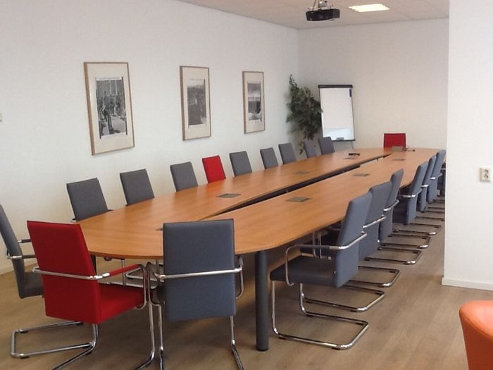 KFF - 20 'aura high' chairs with armrests and a conference table