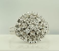 18kt white gold rosette ring with 25 brilliant cut diamonds of approx. 1.00 carat in total, ring size 19 (60)