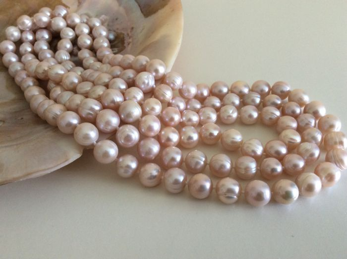 Necklace with pink freshwater baroque pearls.