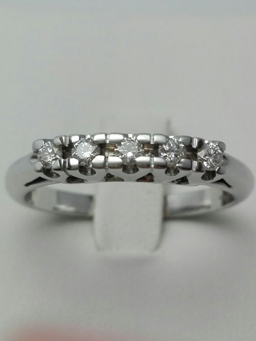 Women's 18 kt white gold ring with 5 natural diamonds totalling 0.20 ct - weight: 4.1 g