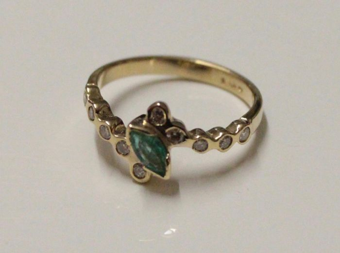 14 kt yellow gold ring inlaid with diamond and emerald, ring size 17