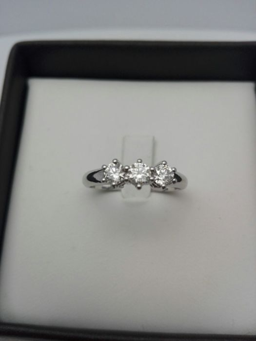 Women's trilogy ring in 18 kt white gold, with 3 natural diamonds totalling 0.51 ct, 3.8 g