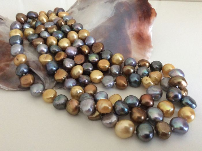 Necklace with freshwater baroque pearls