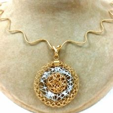 Wavy mole tail choker of yellow gold with 18 kt white and yellow gold pendant